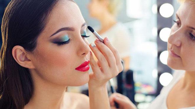 眼妆-画出不浮夸清新自然的眼妆让整体妆容看起来很舒服年轻